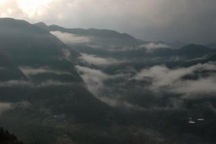 日が落ちる寸前の仁淀川町 桜地区から対岸の宗津地区を望む 山々をはうように流れる雲