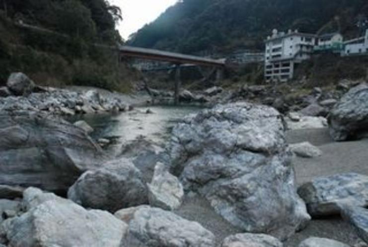仁淀川に降りると そこは巨石群がるエリア