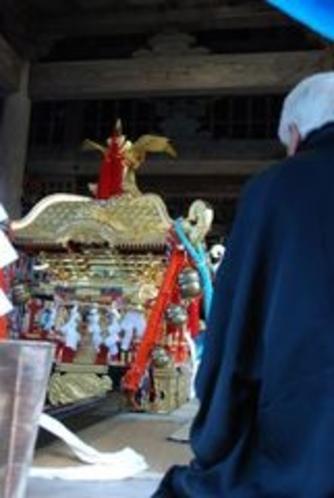 2012秋葉まつりギャラリー 神輿はこの岩屋神社から担ぎ出されてゆきます