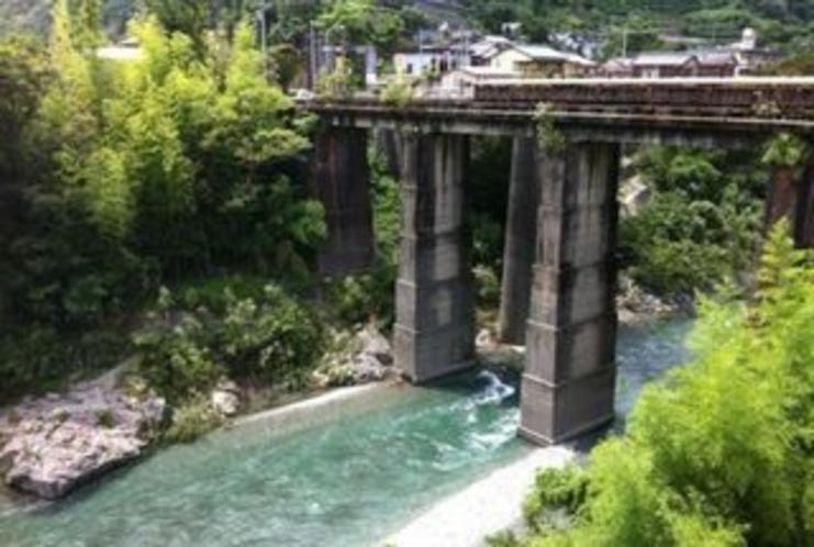 川口橋 土居川のキレイな流れもいい ここは 橋脚がフランス的レンガ積