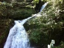 大渡ダム湖畔をサイクリング ところどころある谷川は名もなき滝もありました