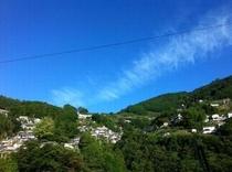 仁淀川町の入口 村地区は急傾斜の集落に映える青空