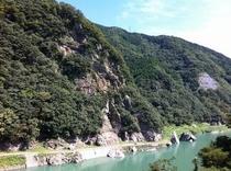 大渡ダム湖畔をサイクリング かなり切り立つ岩壁 これが仁淀川町の荒々しい岩