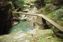 夏の中津渓谷 自然の中の人工コンクリート