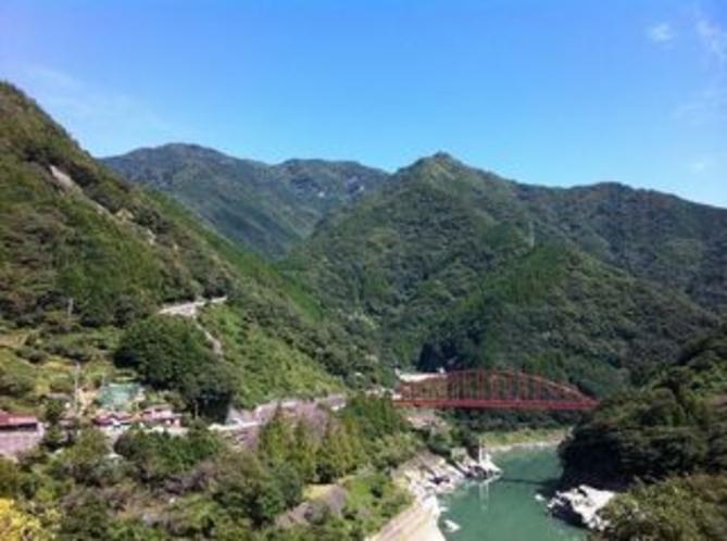 大渡ダム湖畔をサイクリング 沢渡地区あたり もうすぐそこは県境 愛媛県