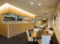 宿泊者専用のレストラン。オープンキッチンとシックな雰囲気。