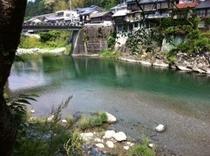 仁淀川町の池川の集落が川に迫ってます