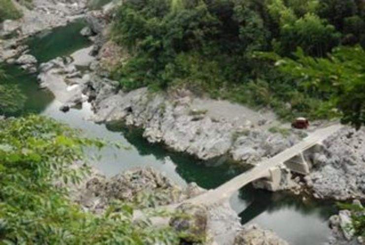 久喜の沈下橋 特にこの辺りから上流にむけて仁淀川は峡谷に変貌するっ