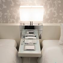【客室】スタンダードツイン 北側 21.7平米 ナイトテーブル