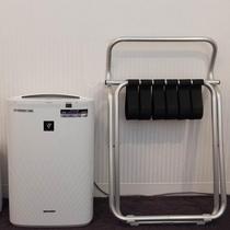 【客室】加湿機能付き空気清浄機 & バゲッジラック