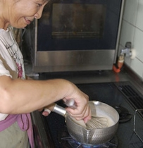 女将、特製ゴマ豆腐制作中