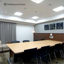 会議室もご用意しております。少人数での会議や面接など目的に合わせてご利用ください。