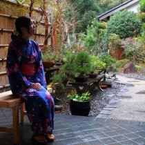 玄関前の庭&座っている女性