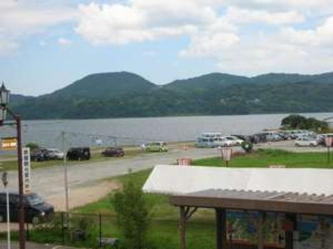 部屋から眺める東条湖