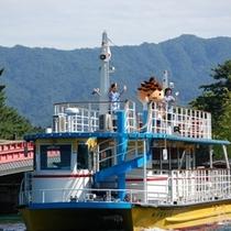【観光船】穏やかな内海の阿蘇海だから、多くの方がご利用頂いてます。小亭への小径にございます