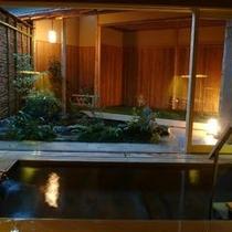 【内湯】高野槇で作られた浴槽、壁は栗材を使用