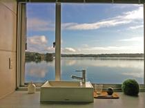 どこにいても海を感じられる客室。もちろんパウダールームからも。