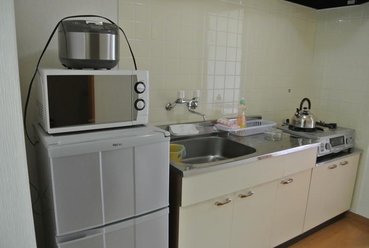 冷蔵庫、炊飯器、ガス台、レンジなどなど必要なグッズが揃っています♪