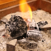 【館内】ロビーには囲炉裏があり、風情のある空間となっております。