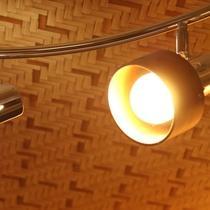 【和洋室】モダンなインテリアで飾られた木の温もりのあるお部屋です。ゆったりおくつろぎ下さい。
