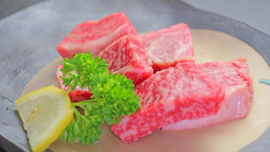 【夕食】醤油ベースの特製タレで召し上がるのも最高ですが、塩だけというのも肉汁の甘みが際立ちます