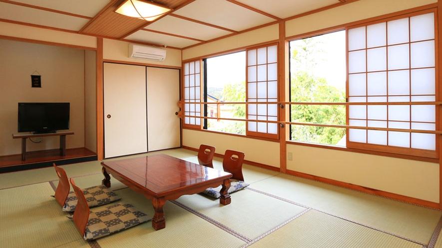 【おまかせ和室】広々12畳。自然の移ろいを感じながら、ゆっくりおくつろぎ下さい。