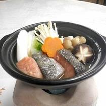 *【夕食一例】鮭鍋 肉厚で鮭をお鍋にしました。あたたかいうちにお召し上がり下さい。