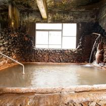 *【内湯(上の湯)】にごり湯でアトピー・湿疹・火傷など優れた薬効がございます。