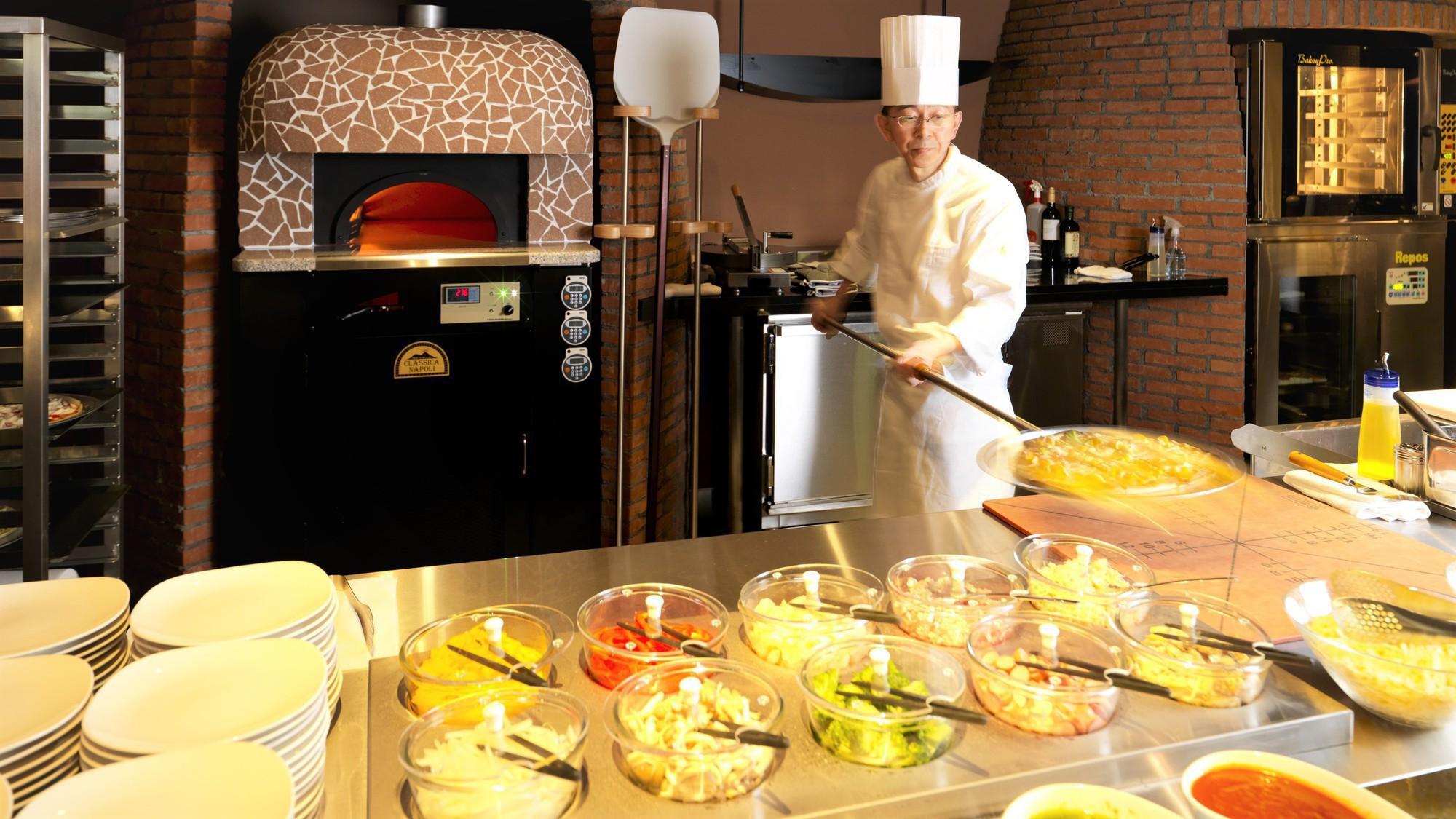【森ビュッフェ】オープンキッチンでお好みの具材&ソースでオリジナルピザをお作りします(夕食イメージ)