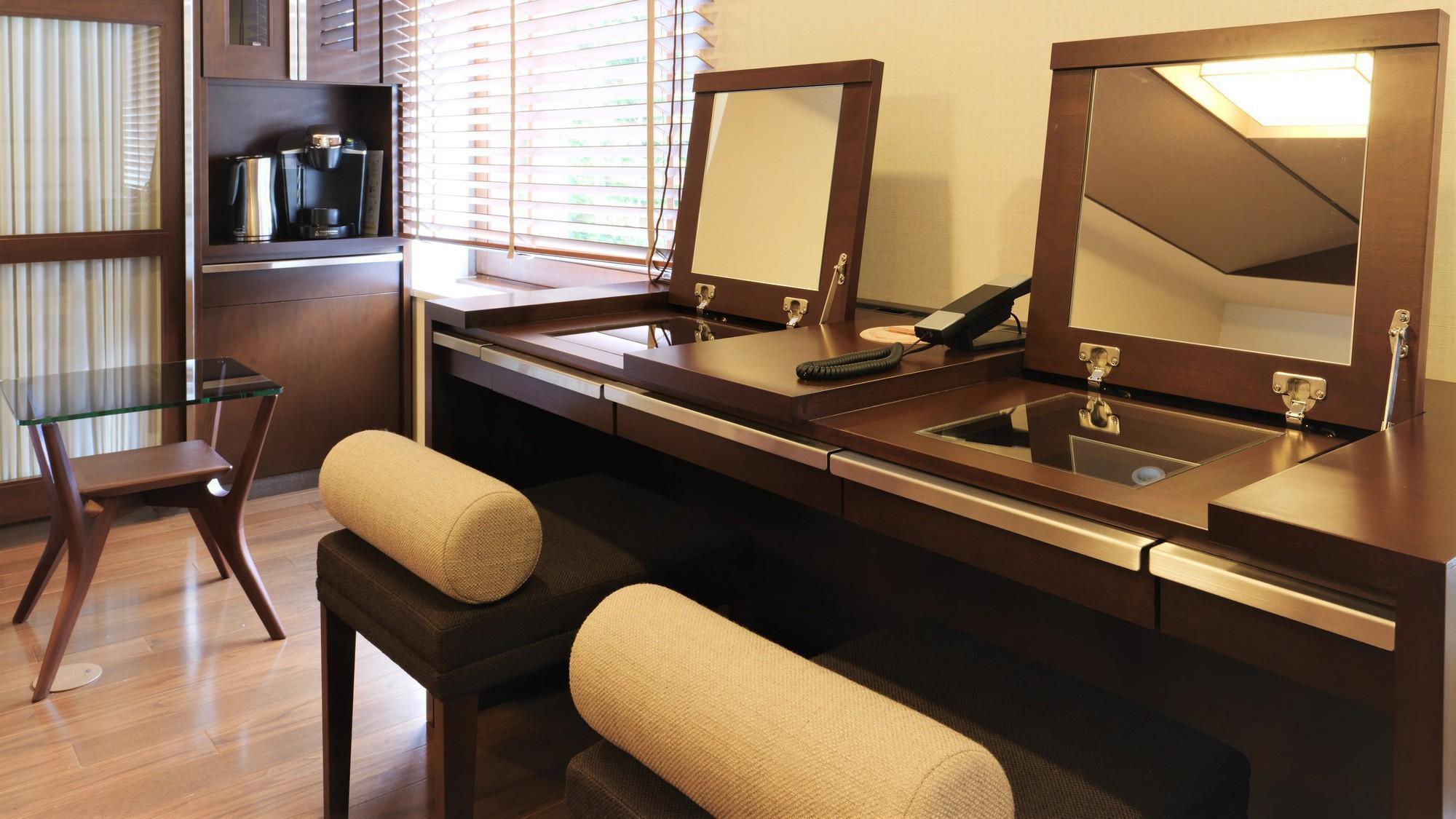 【デラックスツイン】ドレッサーのスツールや洗面台を2つずつ備え、同時に身支度が可能(客室一例)
