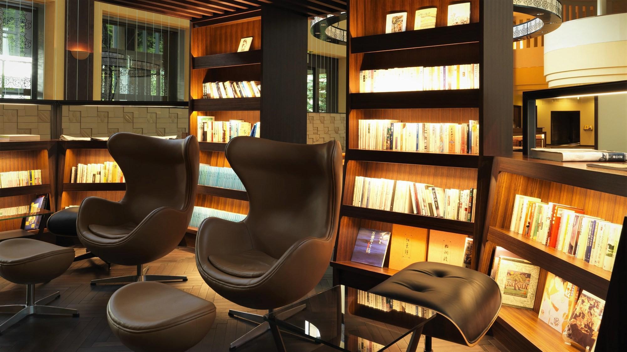 【森ラウンジ/読書ライブラリー】その場で読んでも、客室で読んでもOK!ゆったり夜長をお愉しみください
