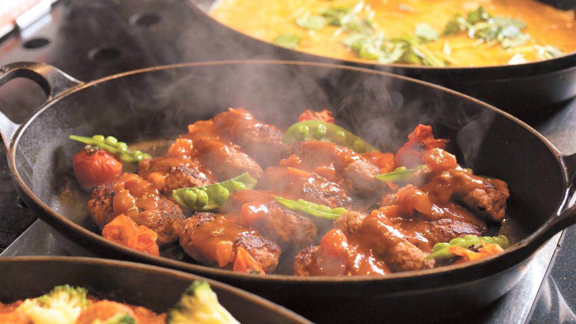 【森ビュッフェ】窯焼きピッツァやオーブン料理など、おとぎ話のようなご馳走が揃います(夕食イメージ)