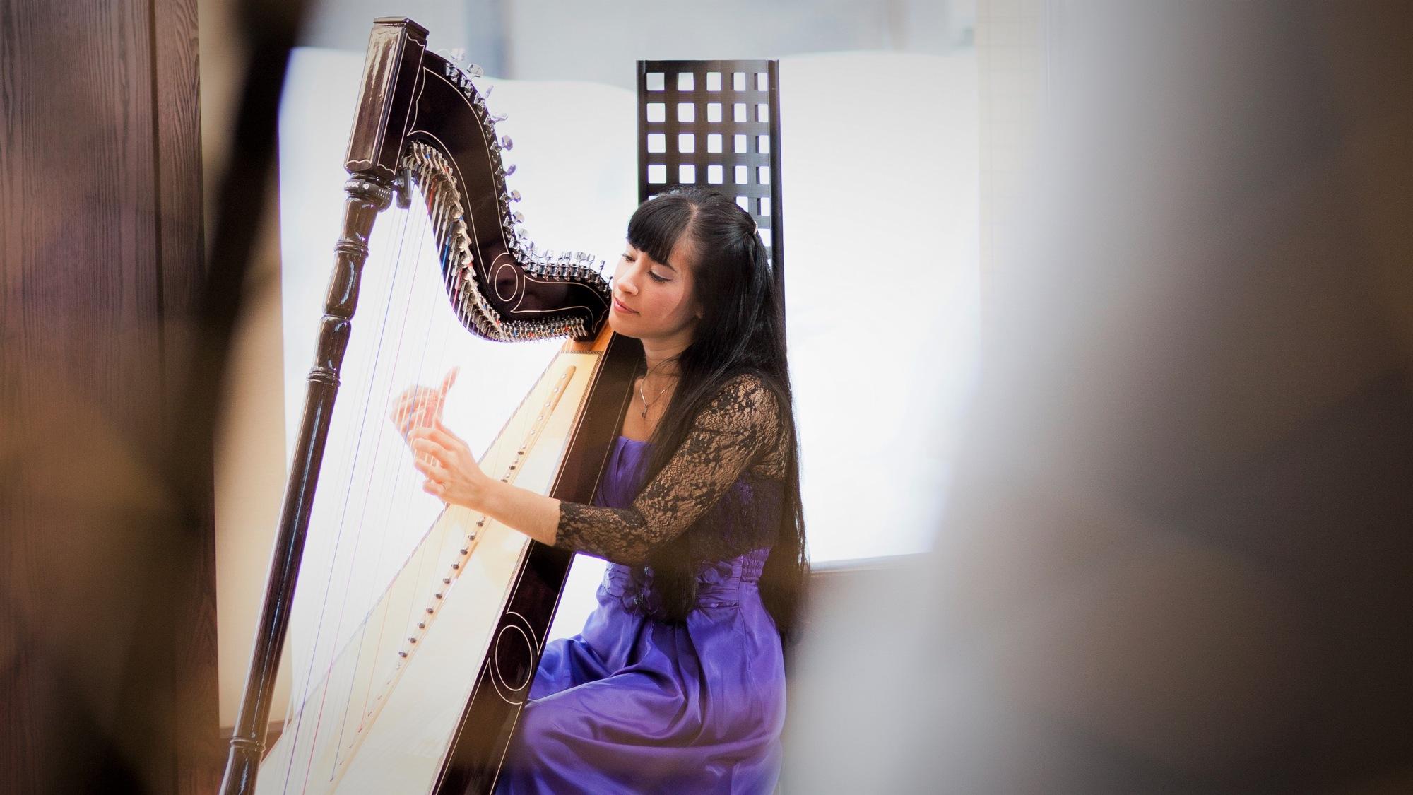 【森ラウンジ】1日4回ハープの生演奏コンサートを行っています。癒しの音色に身を任せてみませんか?