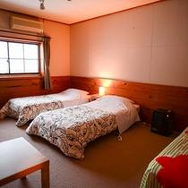 *部屋/山の眺望と川のせせらぎを楽しめる洋室。3名用のお部屋一例です。