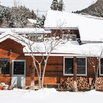 *外観/雪が積もった日も館内は薪ストーブであったか♪
