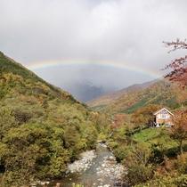*景色/山と川、時々虹がかかるその景色は自分だけのとっておきにしたくなりそう。