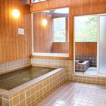 *風呂(男湯)/男女それぞれ1ケ所ずつある大型の共同風呂です。
