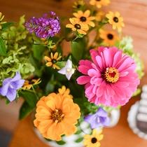 *館内/季節の花々が飾られ、館内でも高原の自然を感じていただけます。