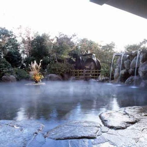【温泉】二連水車が魅力的な1F露天風呂「浮舟」