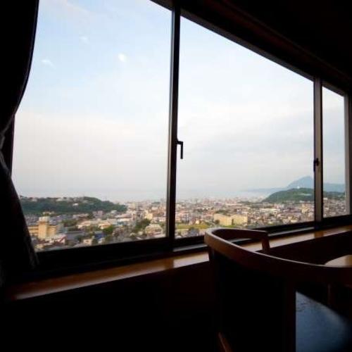 【部屋】開放感あふれる窓からは、湯けむりと別府市街が遮るものなく一望できます。朝日に癒されます。