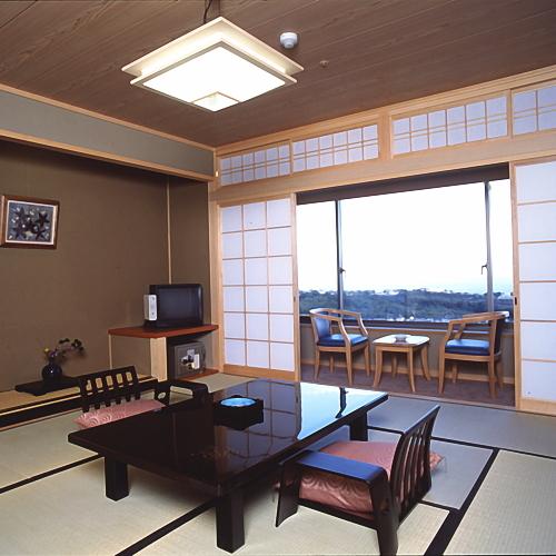 【部屋】和室(10畳)客室からは別府湾・別府の夜景が一望できます。