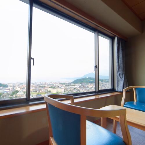 【部屋】開放感あふれる窓からは、湯けむりと別府市街を一望。