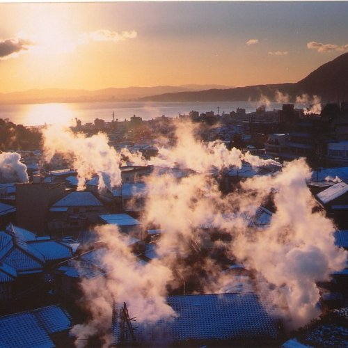 【景観】朝焼けに浮かぶ湯けむり(イメージ)