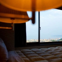 【部屋】大きくとられた窓からは別府湾が一望できます(大地館客室)