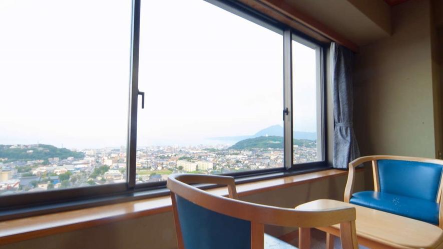 大地館・和室/客室の窓からは、湯けむりと別府市街が一望できます