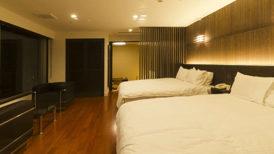 露天風呂付デラックス和洋室/シモンズ社製のダブルサイズのツインベッドに6畳の和室のあるお部屋