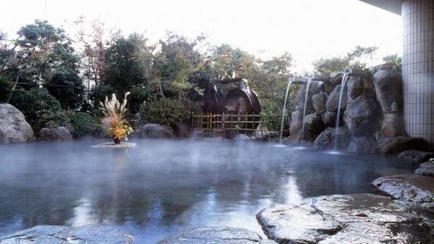 二連水車大露天風呂/源泉100%の掛け流しでは別府でも最大の広さを誇ります