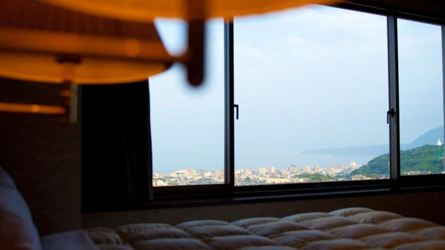 特別室・大地館和洋室/開放感ある窓からは、湯けむりと別府市街が一望