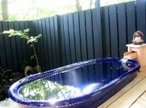 緑の中の露天風呂。(厳冬期・16年は1月12日〜2月12日はお休みさせていただきます)