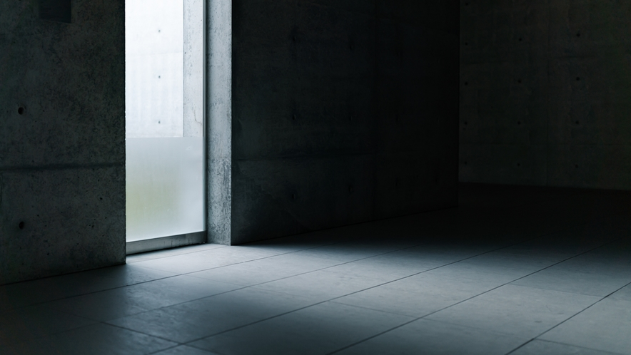 スリットから漏れ入る光が印象的な安藤建築